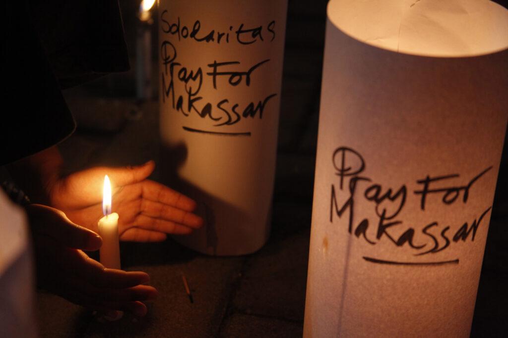Warga menyalakan lilin untuk para korban ledakan bom di Makasar saat aksi solidaritas di kawasan Balai Kota Solo, Jawa Tengah, Minggu (28/3/2021).